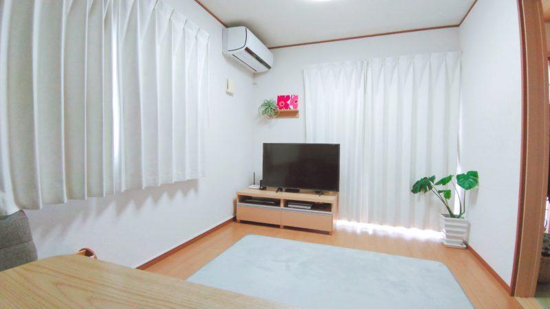 白いカーテンのリビング