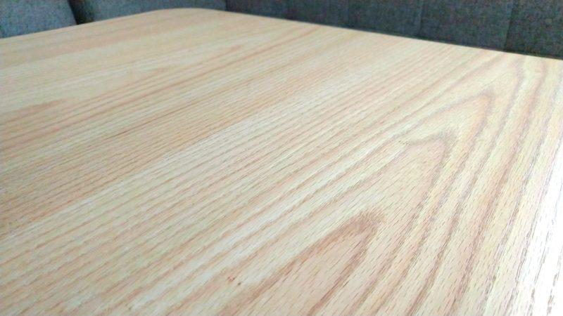 木目の綺麗なテーブル