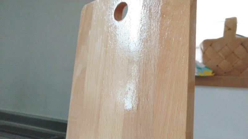 木のまな板を立てて乾かす