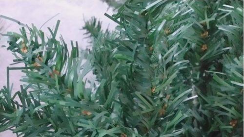 薄いペラペラな葉のクリスマスツリー