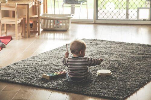 部屋で遊んでいる子供