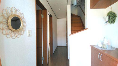 丸い鏡を置いた玄関