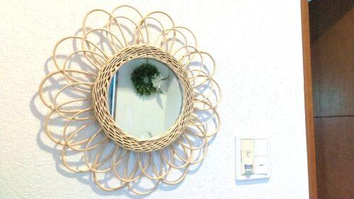 丸いラタンの鏡
